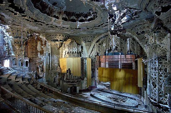 Детройт. Заброшенное здание некогда роскошного театра