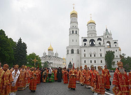 Крестный ход от Успенского собора к памятнику святым Кириллу и Мефодию на Славянской площади. 24 мая 2013 года. Фото: Патриархия.Ru