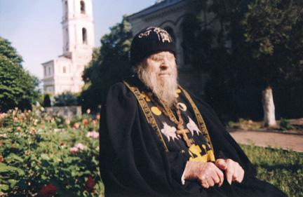 Отец Селафиил во дворе монастыря
