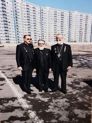 С отцом Иоанном Свиридовым (справа)